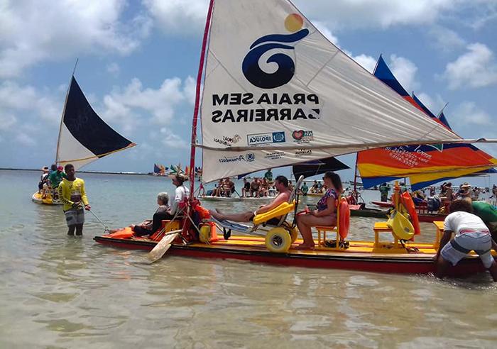Passeio de jangada para visitantes com mobilidade reduzida, em Porto de Galinhas, Pernambuco