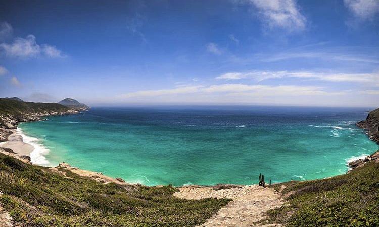 O isolamento da Praia Brava, em Arraial do Cabo, favorece o naturismo
