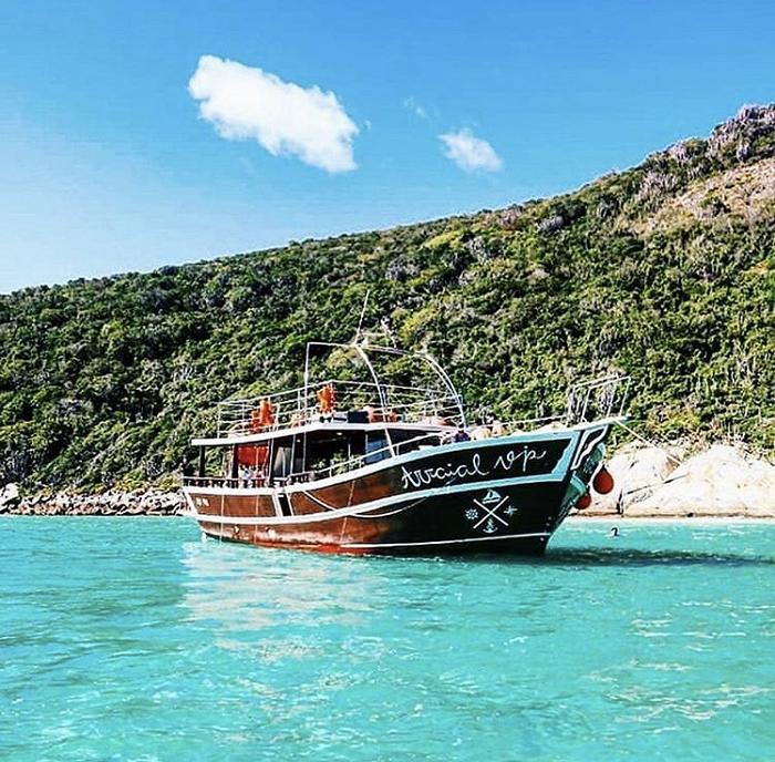 Um dos barcos da Arraial Vip Turismo, em Arraial do Cabo