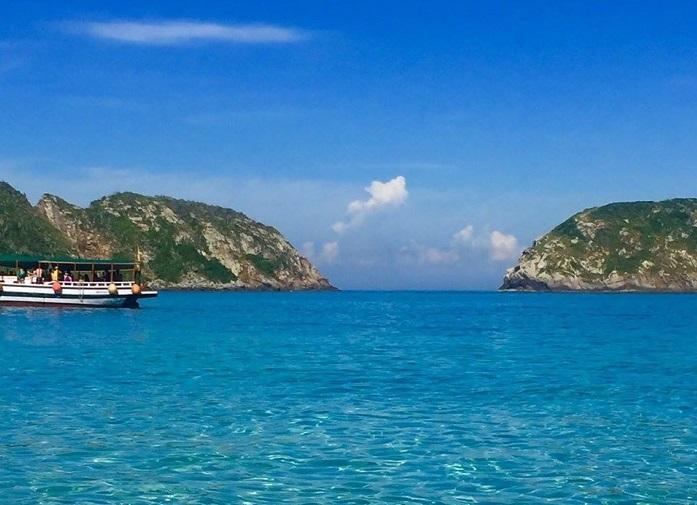 As águas transparentes da praia da Ilha do Farol