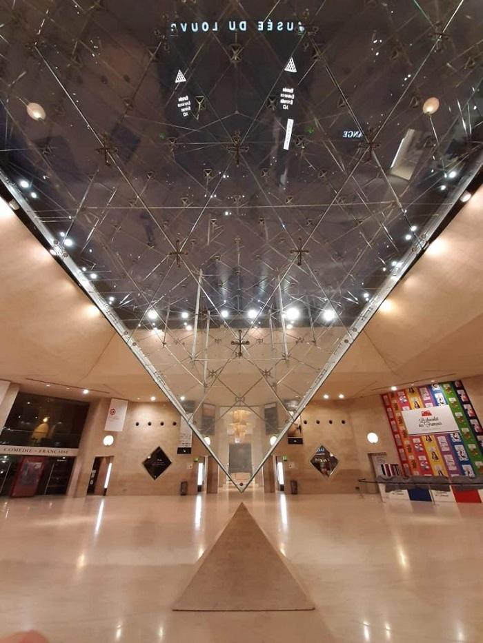 Pirâmide invertida no Carrossel do Louvre