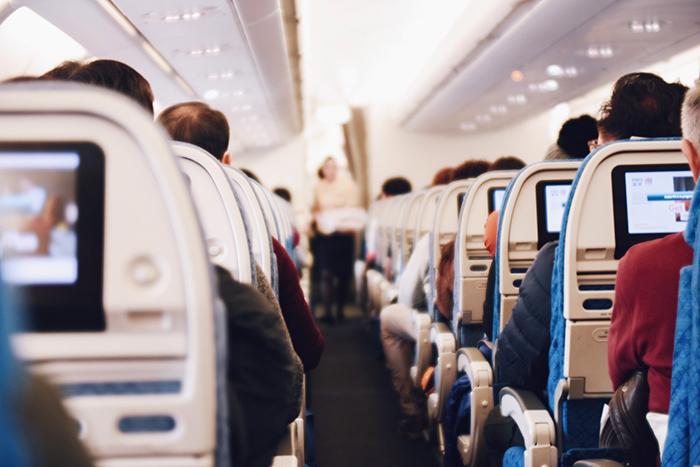 interior-do-avião-e-passageiros