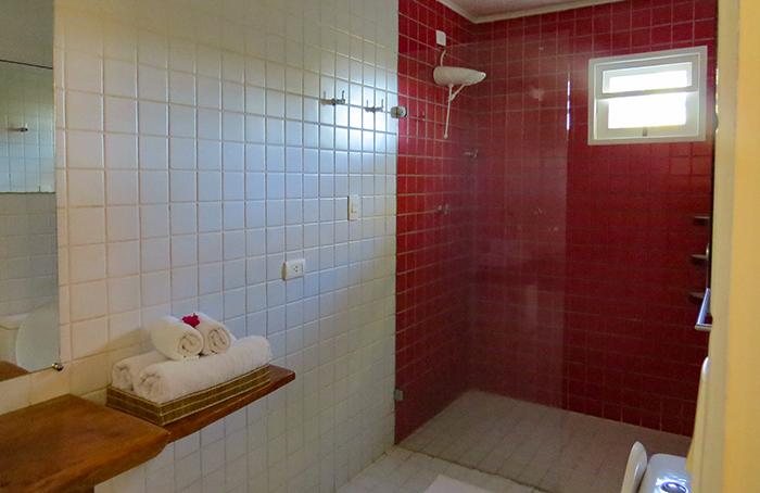 Banheiro da pousada Vila Sagui, em Maragogi, Alagoas