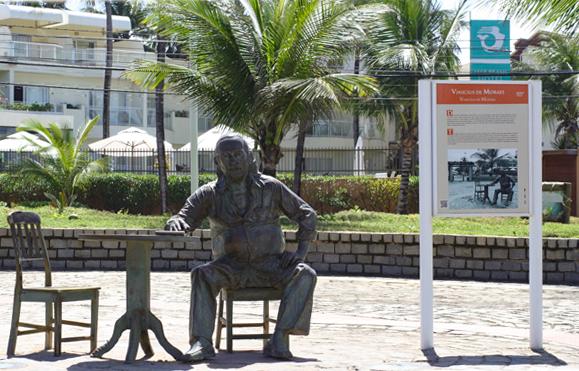Escultura de Vinícius de Moraes, em Itapuã
