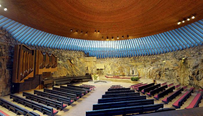 O interior da Igreja Temppeliaukion e seu famoso teto de cobre.
