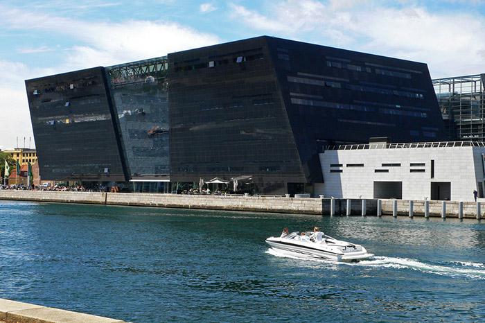 Fachada do Diamante Negro, em Copenhague, Dinamarca.